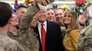 Presidente Donald Trump e primeira dama Melania durante a visita surpresa à base aérea de Al Asad, Iraque