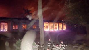 Foto fornecida pela MSF mostra o prédio do hospital em chamas