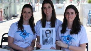 As irmãs Fernanda, Luísa e Paula Aranha Hapner posam com o retrato do tio-bisavô, o ex-diplomata Oswaldo Aranha, em Tel Aviv