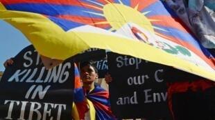 藏人聚集在印度達賴喇嘛寺廟紀念藏人起義反中國統治60周年2019年3月10日