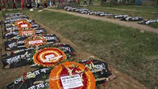 Activistas y familiares rinden un homenaje a las víctimas de la tragedia del Rana Plaza, en Bangladesh, donde murieron más de mil personas el 24 de abril de 2013.