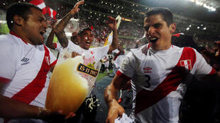 Los jugadores peruanos celebran la clasificación en el Estadio Nacional de Lima, el 15 de noviembre de 2017.