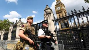 Polícia britânica vigia perímetro do Parlamento em Londres, em 24 de maio de 2017.