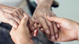 En France, près de 11 millions de personnes prennent chaque jour soin d'un proche âgé, malade ou handicapé.