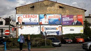 Affiches électorales à Wielun (Pologne), le 10 octobre 2019.