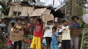 Crianças com cartazes pedindo ajuda