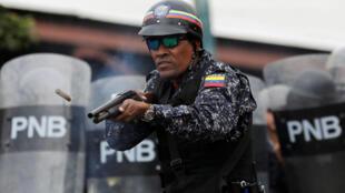 Policía en acción, durante la marcha contra el gobierno de Nicolás Maduro de este 23 de enero de 2019.