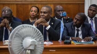 Au centre, le Premier ministre haïtien Jean-Henry Céant entouré de son cabinet, le 14 septembre 2018 au Sénat.