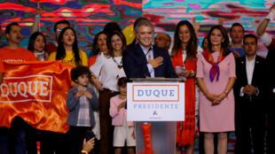 Ứng viên cánh hữu Colombia Ivan Duque và gia đình chờ đợi kết quả vòng 1 cuộc bầu cử tổng thống tại Bogota (Colombia) ngày 27/05/2018.