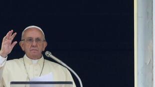 Đức giáo hoàng Phanxicô vẫy chào các giáo dân ở quảng trường Thánh Phê-rô, Vatican, ngày 22/10/2017