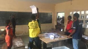 Présidentielle au Togo: le dépouillement bat son plein au lycée Bé-Plage de Lomé après la fermeture du bureau de vote, samedi 22 février 2020.