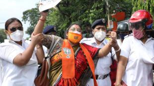 6月20日,印度加尔各答爆发反中国示威。