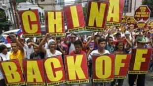 Người Philippines biểu tình chống chính sách bành trướng của Trung Quốc tại Hoàng Sa và Trường Sa, 10/05/2012.