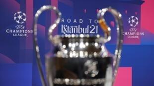 El trofeo de la Liga de Campeones de la UEFA se exhibe antes del sorteo de cuartos de final y semifinales en la sede de la UEFA en Nyon, el 19 de marzo de 2021