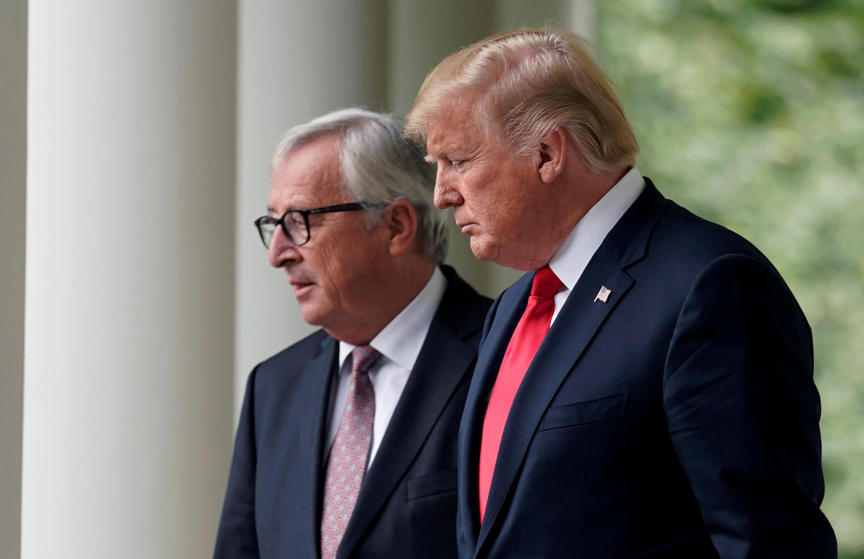 Tổng thống Mỹ Donald Trump (P) và chủ tịch Ủy Ban Châu Âu Jean-Claude Juncker, nói về thương mại song phương trong cuộc họp báo tai Nhà Trắng, ngày 25/07/2018.