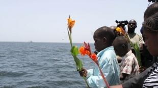 Le commerce d'esclaves dans les colonies françaises n'a été aboli définitivement qu'en 1848, presque 60 ans après la Révolution. Photo: des Sénégalais jettent des fleurs dans l'océan Atlantique en mémoire des victimes du commerce triangulaire (2011).