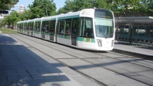Современный парижский трамвай