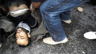 En Tunisie, depuis la mi-décembre 2010, des affrontements opposent forces de l'ordre et manifestants protestant contre la vie chère et le chômage. Ici, à Regueb, le 9 janvier 2011.
