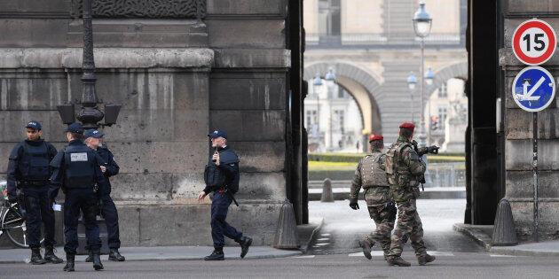 Policiais e militares em frente ao Louvre após o ataque ocorrido em 3 de fevereiro de 2017.