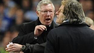Kocha wa Manchester United, Sir Alex Ferguson akijibizana na kocha wa Manchester City, Roberto Mancini