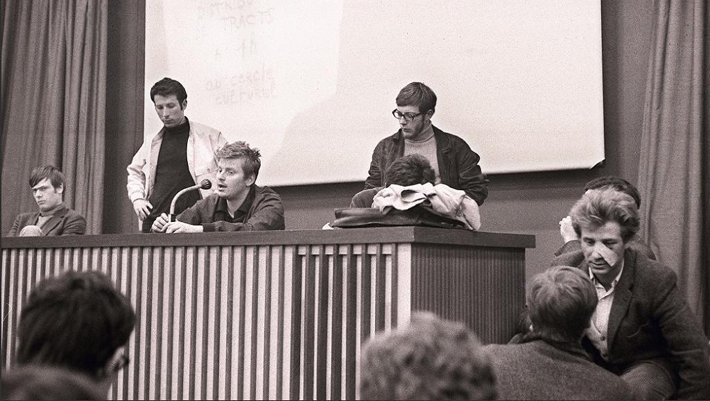 Даниэль Кон-Бендит и участники «Движения 22 марта» на факультете Нантера 10 мая 1968.