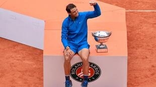 Rafael Nadal s'offre sa onzième Coupe des Mousquetaires après sa nouvelle victoire à Roland-Garros, contre Dominic Thiem, le 10 juin 2018.