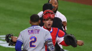 José Alvarado (derecha) y Dominic Smith (#2) se encaran durante el partido del viernes entre los Filis y los Mets.