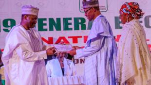 Le président du Nigeria, Muhammadu Buhari, reçoit son certificat, il représente la preuve légale de sa victoire, à Abuja, au Nigeria, le 27 février 2019.