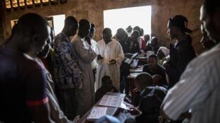 De nombreux électeurs centrafricains se sont rendus aux urnes le 14 décembre 2015, au lendemain de violents affrontements qui ont émaillé le référendum sur la Constitution. Ici, dans un bureau de vote dans l'école de Koudoukou, quartier du PK5.