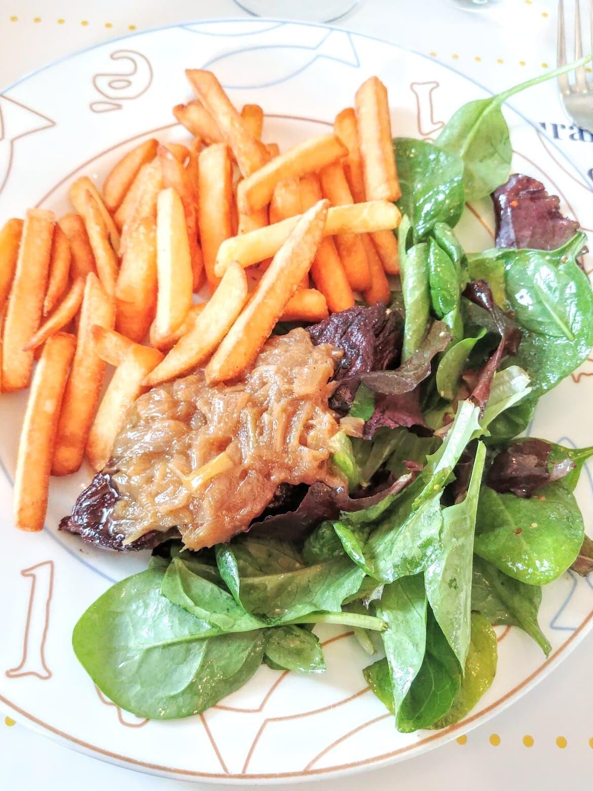 Thịt bò sốt hành tây ăn với khoai tây chiên