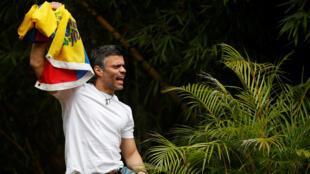 Lãnh tụ đối lập Venezuela Leopoldo Lopez, xuất hiện trước người ủng hộ tại nhà riêng  ở Caracas khi vừa được thả ngày 8/07/2017.