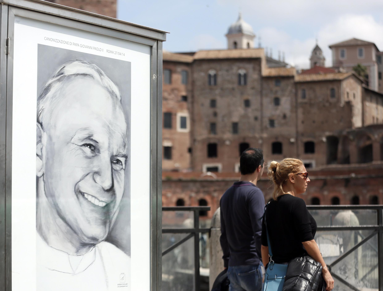 Roma se prepara a canonização de João 23 e João Paulo 2°, que acontece neste domingo (27).
