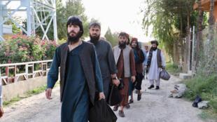 La libération de quelque 5000 prisonniers talibans était une des conditions pour débuter les pourparlers de paix. Ici, des talibans libérés le 13 août 2020 traversent la prison Pul-e-Charkhi, à Kaboul.