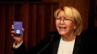 La Fiscal General Luisa Ortega Díaz sostiene una Constitución de Venezuela durante una conferencia en Caracas, el 4 de julio de 2017.