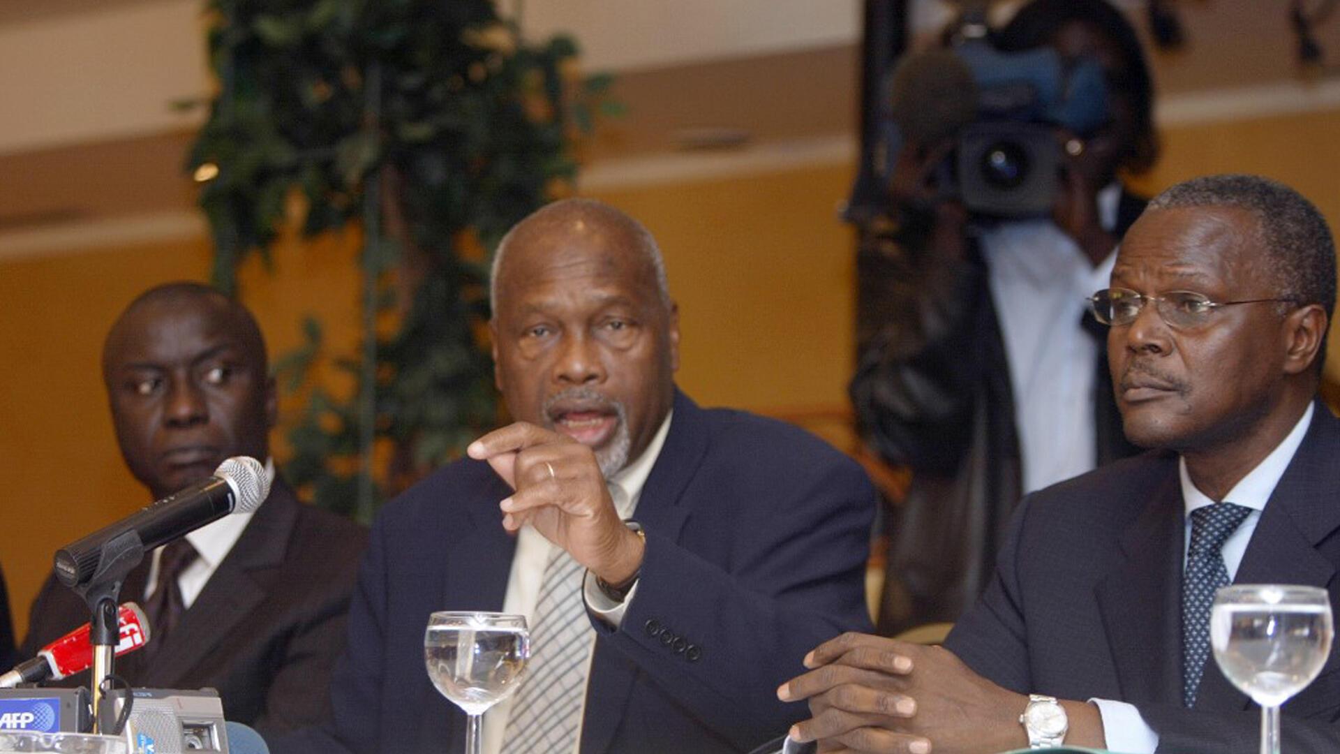 Amath Dansokho, secrétaire général du Parti de l'indépendance et du travail (au centre), le 2 avril 2007, lors d'une conférence de presse, aux côtés d'Idrissa Seck (à g.) et d'Ousmane Tanor Dieng (à dr.) à Dakar.