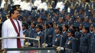 Le président Sri Lankais Mahinda Rajapaksa lors de la parade de «victory day», le 18 juin 2010, célébrant le 1er anniversaire de l'arrêt de la guerre civile.