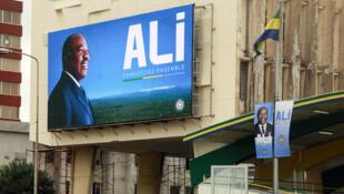 Les affiches de campagne d'Ali Bongo pour la présidentielle se sont installées partout dans les rues de Libreville, à l'ouverture de la campagne le 13 août 2016.