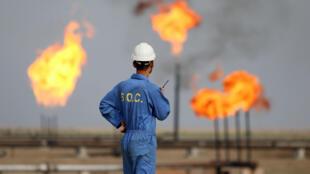 Un trabajador del sector petrolero habla po radio en una refinería en Nasiriya, Irak, el 30 de octubre de 2015