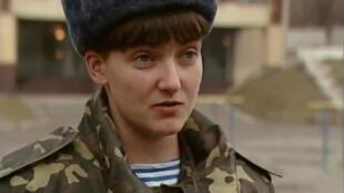 Nadia Savtchenko, officier de l'armée de l'air ukrainienne est détenue à Moscou après avoir été accusée du meutre de deux journalistes russes.