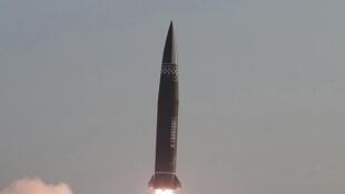 Theo hãng tin chính thức của Bắc Triều Tiên KCNA, một loại tên lửa đạn đạo chiến thuật mới đã được phóng lên vào ngày 25 tháng 3 năm 2021. Ảnh chụp do KCNA công bố ngày 26 tháng 3 năm 2021 tại Bình Nhưỡng,