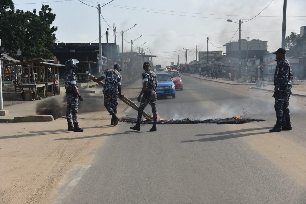 La police nettoie la chaussée dans le quartier de Yopougon, à Abidjan, le 13 août 2020 après une manifestation. (Image d'illustration)