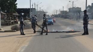 La police nettoie la chaussée dans le quartier de Yopougon, à Abidjan, le 13 août 2020.