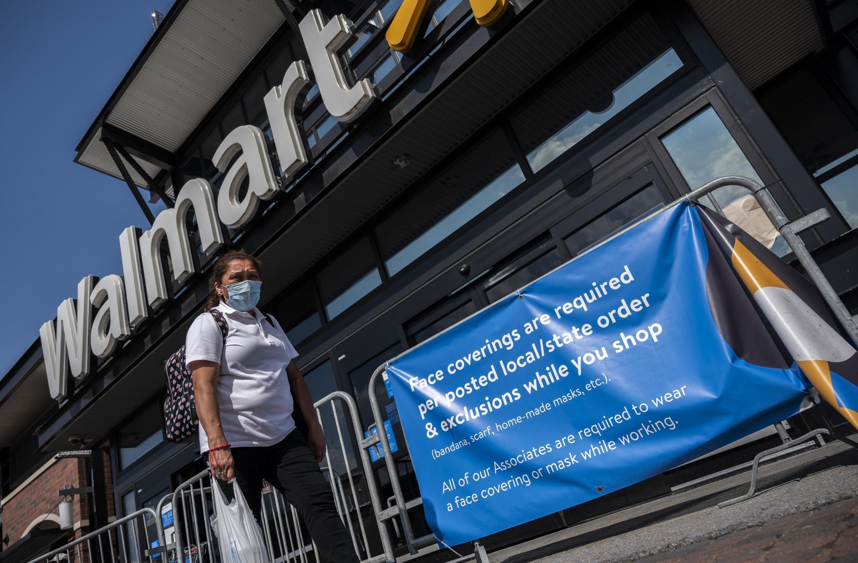 Une femme portant un masque à l'entrée d'un magasin Walmart de Washington DC aux États-Unis, le 15 juillet 2020.