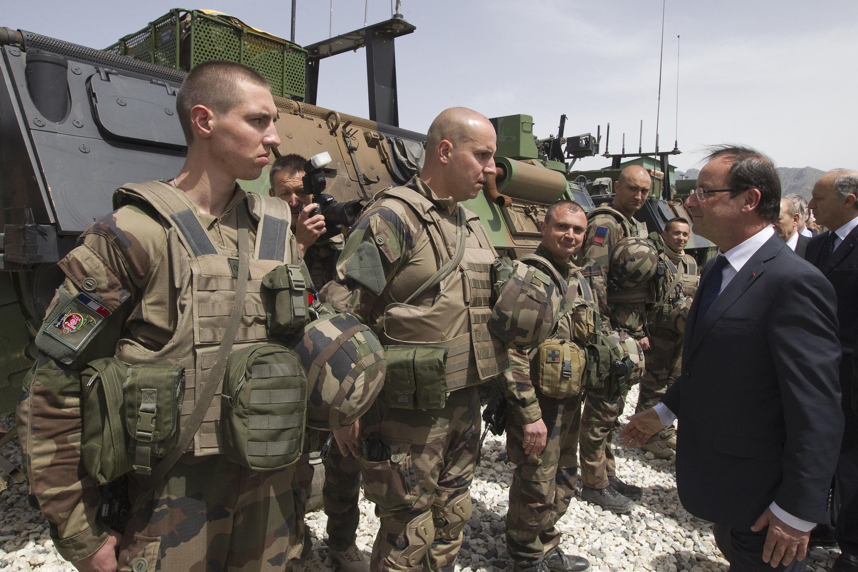 Tổng thống François Hollande thăm quân Pháp tại căn cứ Nijrab, Kapisa, miền đông bắc Afghanistan ngày 25/05/2012.