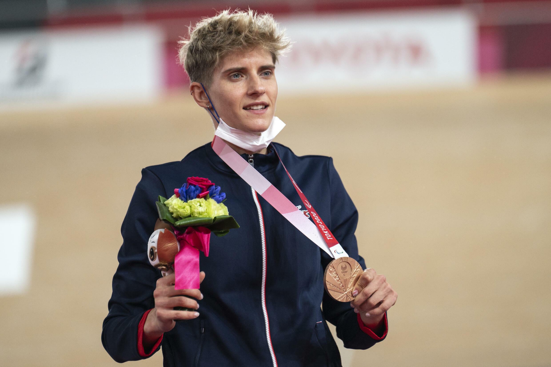 Le cycliste Marie Patouillet, première médaillée française des Paralympiques, avec sa médaille de bronze au vélodrome d'Izu (Japon) le 25 août 2021