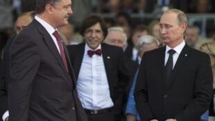 Петр Порошенко и Владимир Путин на праздновании юбилея союзной высадки в Нормандии. Франция 06/06/2014 (архив)
