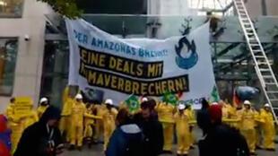 Ativistas fizeram protestos em frente da entrada do prédio da Câmara de Comércio e Indústria da Alemanha.