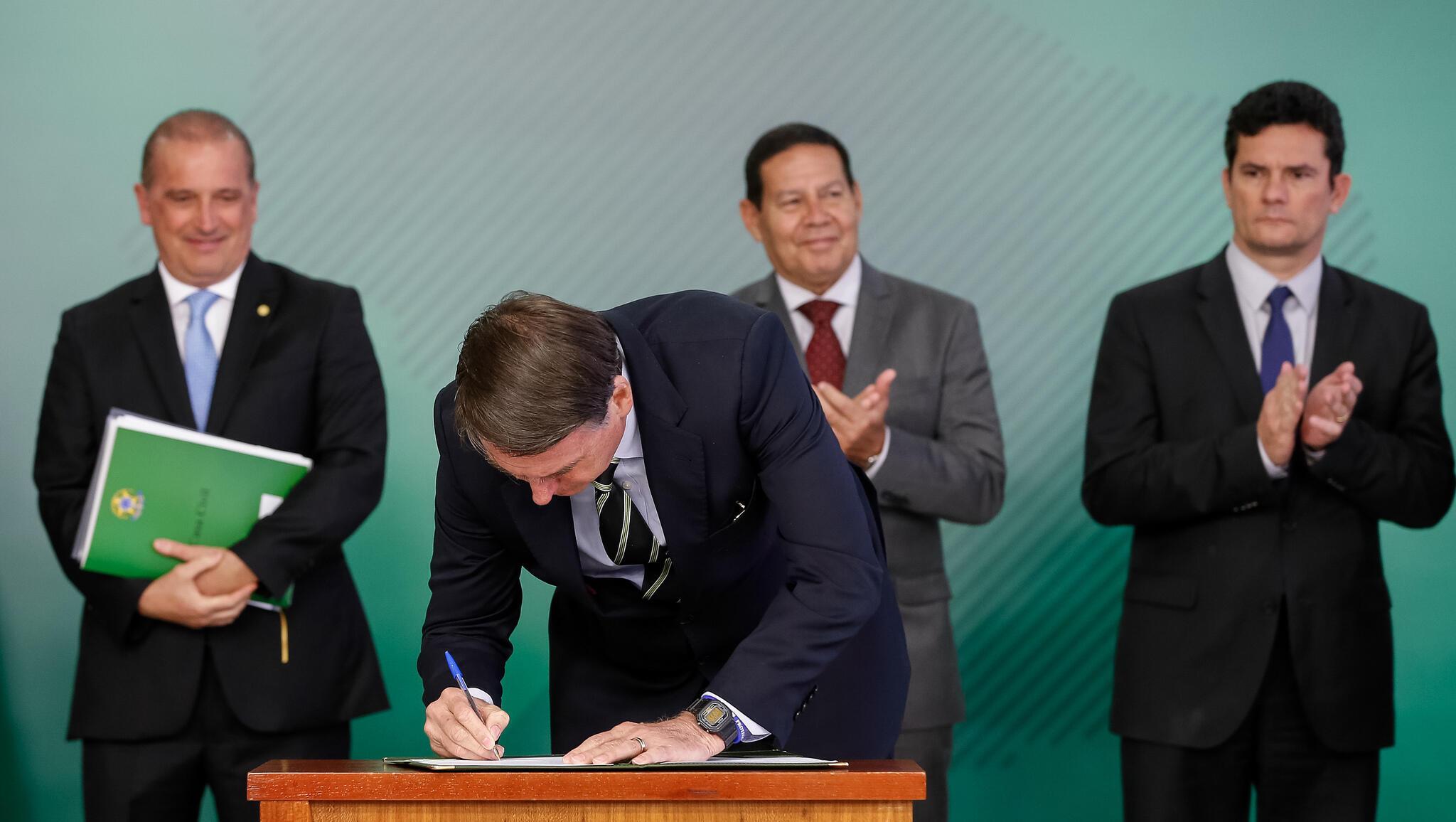 Assinatura solene de decreto sobre posse de armas (Brasília – DF, 15/01/2019) Presidente da República, Jair Bolsonaro assina decreto.