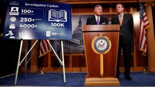 Các Thượng nghị sĩ Richard Burr (P) và Mark Warner thông báo tiến trình điều tra vụ Nga can dự vào bầu cử tổng thống Mỹ 2016, tại Thượng Viện ở Washington ngày 04/10/ 2017.