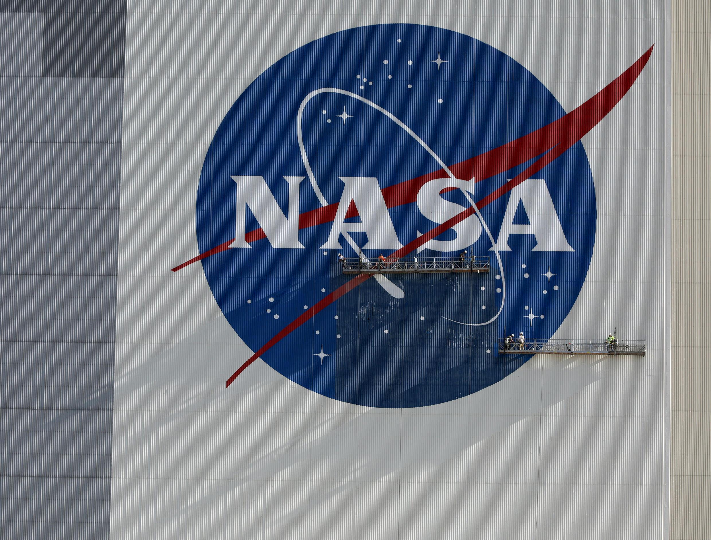 El logotipo de la NASA en el edificio del Centro Espacial Kennedy en Florida, el 29 de mayo de 2020